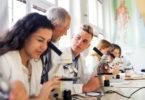 Etudiante qui regarde dans un microscope
